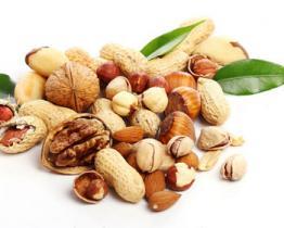 Mangia noci e arachidi per mantenerti in forma