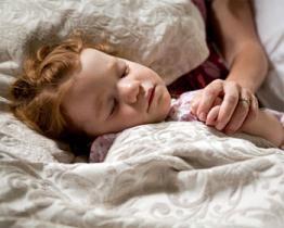 E' molto pericoloso per I bambini dormire nello stesso letto con i genitori!